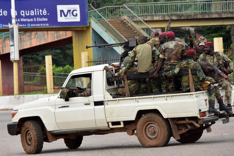 Son dakika: Ginede cumhurbaşkanlığı sarayının etrafında silah sesleri duyuldu... Darbeci askerlerden ilk açıklama