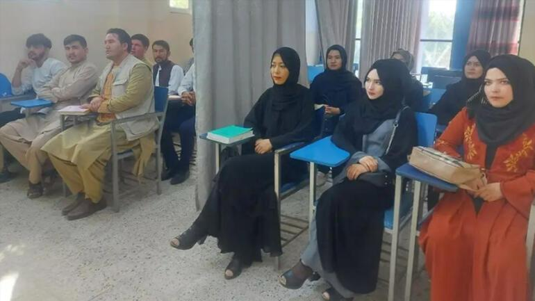 Afganistanda ilk eğitim günü Sosyal medya bu kareyi konuşuyor...