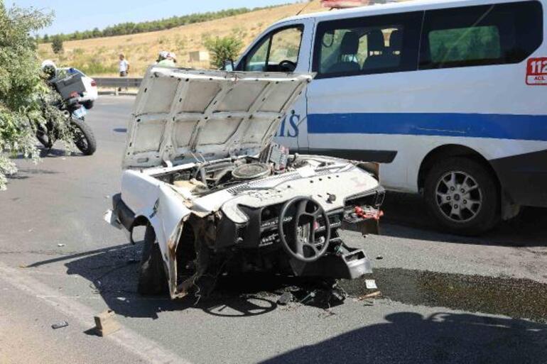 Gaziantepte feci kaza Direğe çarpan otomobil ikiye bölündü: 2 ölü, 2 yaralı