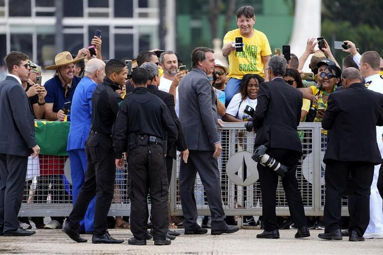 Brezilyada sokaklar karıştı: Bolsonaronun çağrı yaptığı taraftarları AVMye saldırdı