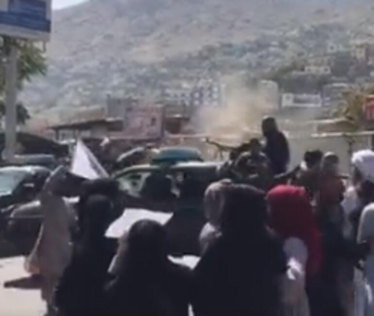 Afgan kadın gizlice çekti... İzleyenlerin kanı dondu